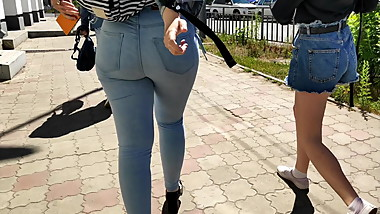 Juicy ass college girls shaking in tight jeans