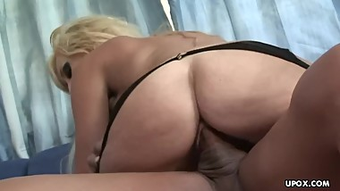 Lusty blonde slut Jessica Lynn services a rock solid cock