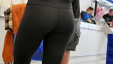 Candid Voyeur- Cute College girl in yoga tights