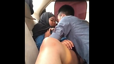 Indonesian MILF Licked by her BoyFriend in Car